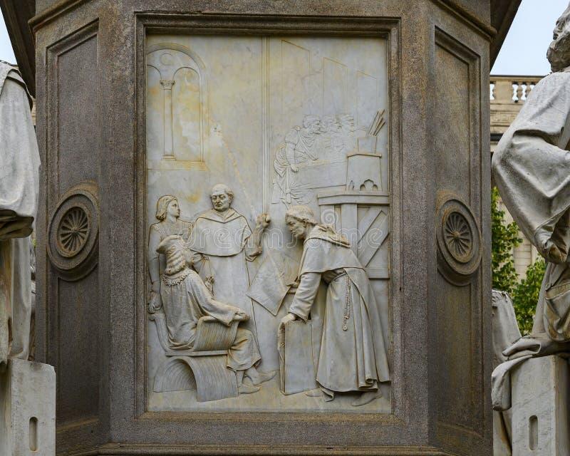 Parte anteriore di verniciatura di sollievo del monumento a Leonardo Da Vinci nel quadrato di Scala di della piazza, Milano, Ital fotografia stock