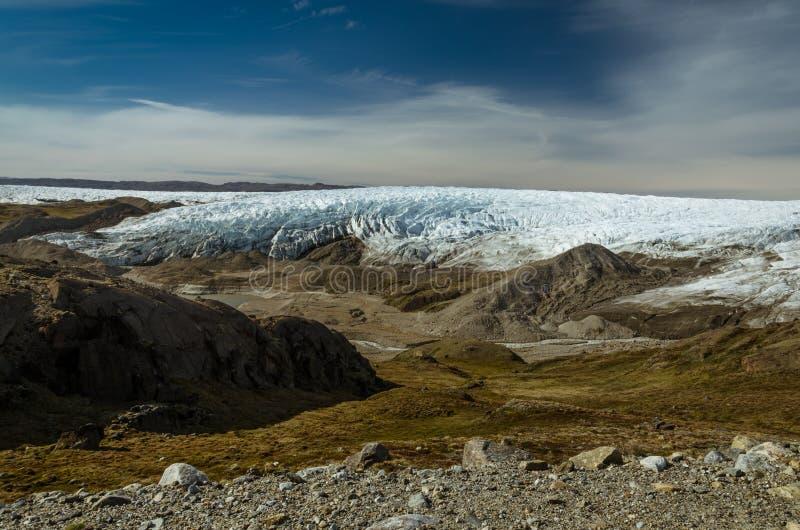 Parte anteriore groenlandese del ghiacciaio della calotta glaciale e una moraine attraverso la valle, punto 660, Kangerlussuaq, G fotografie stock libere da diritti