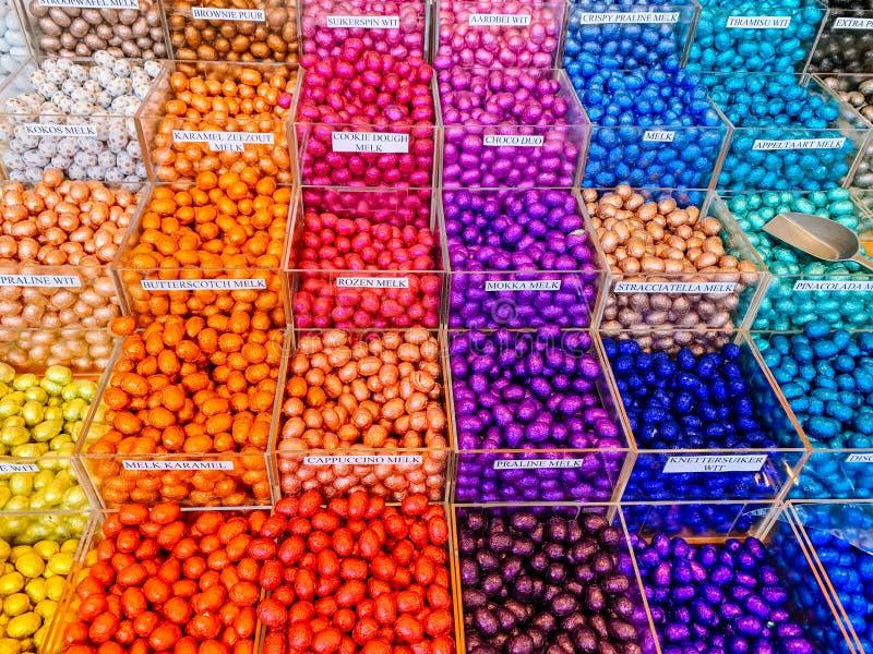 Parte anteriore o supermercato multicolore del deposito con le uova di cioccolato in stagnola variopinta per pasqua fotografie stock libere da diritti