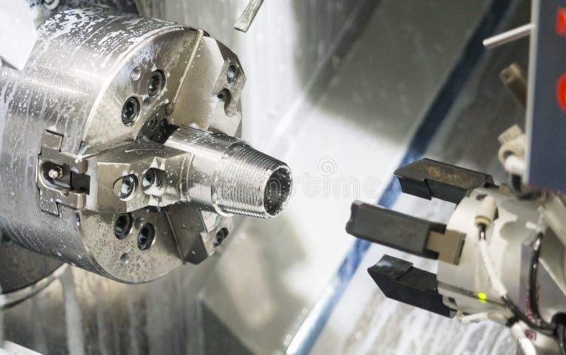 Parte automobilistica lavorante dal tornio di CNC fotografia stock libera da diritti