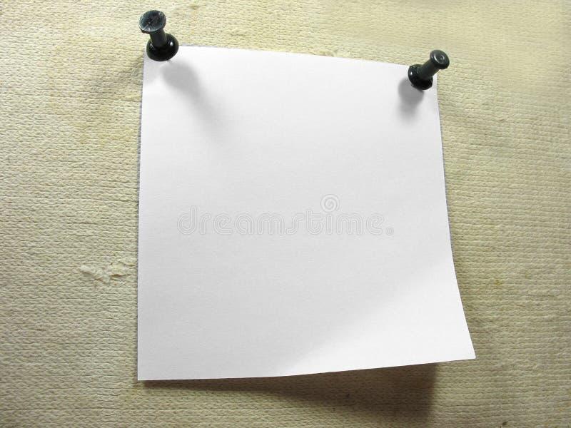 Parte bianca del documento dell'avviso sopra una vecchia tela di canapa fotografia stock libera da diritti