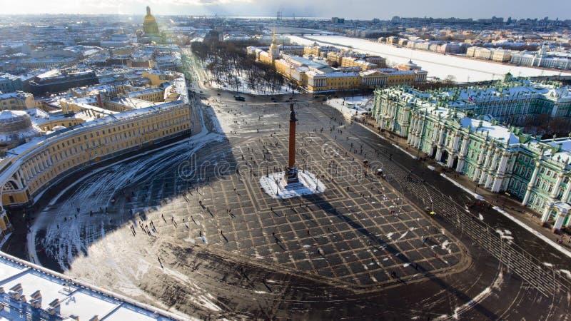 A parte central da fachada do sul do palácio do inverno, Alexander Column está no quadrado invernal do palácio St Petersburg, Rús imagem de stock royalty free