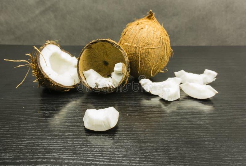 Parte comestible de un coco en una tabla de madera fotos de archivo