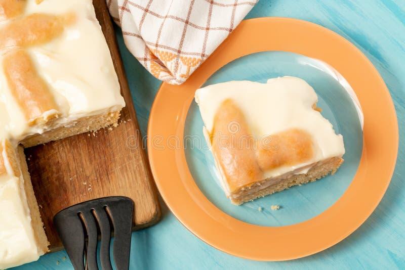 Parte cortada de torta de maçã com creme de leite em uma placa - foto, imagem fotos de stock royalty free