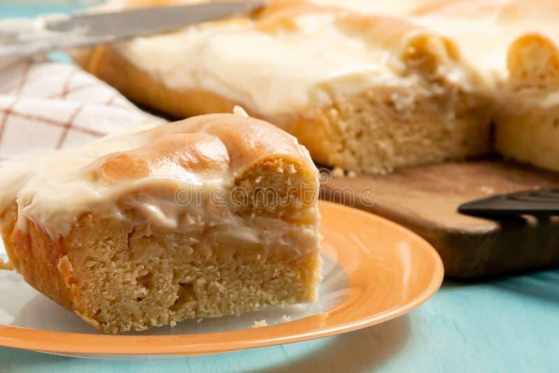 Parte cortada de torta de maçã com creme de leite em uma placa - foto, imagem foto de stock royalty free