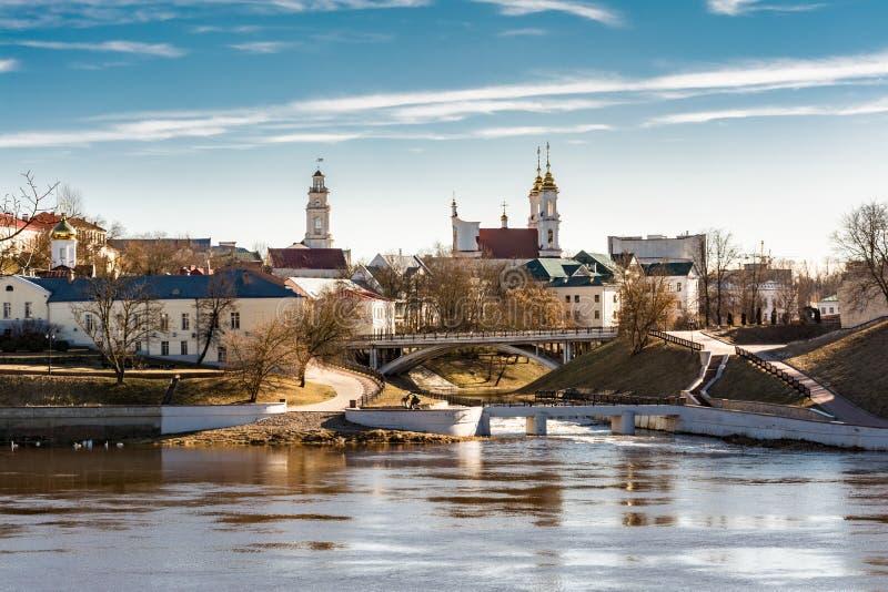 Parte cultural histórica da cidade com as pontes sobre o rio, a câmara municipal e as abóbadas das catedrais, Vitebsk, Bielorrúss foto de stock royalty free