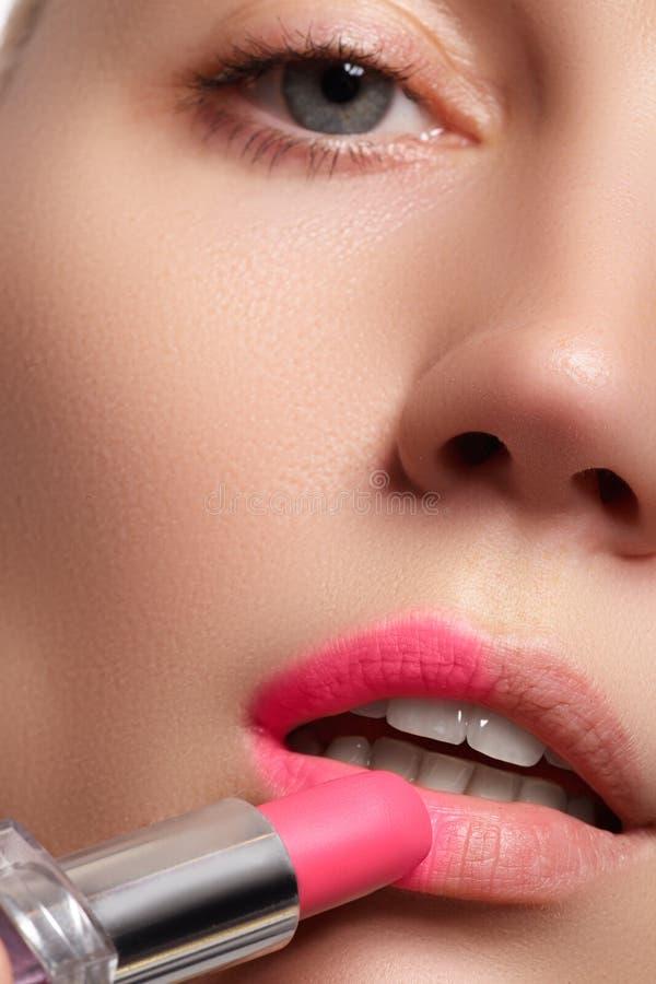 A parte da cara asiática atrativa do ` s da mulher com bordos da forma prepara foto de stock