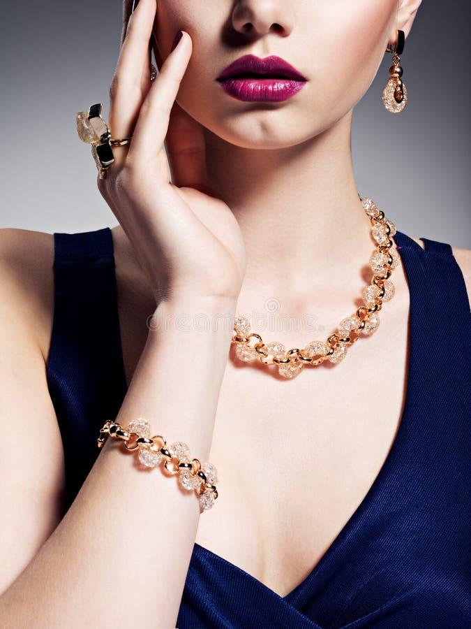 Parte da cara fêmea com joia dourada bonita no corpo fotografia de stock royalty free