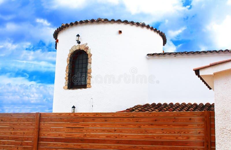 Parte da casa mediterranian branca na Espanha imagem de stock