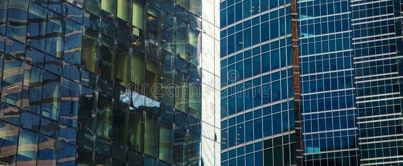 Parte da fachada de um arranha-céus de vidro O fundo arquitetónico moderno da cidade foto de stock royalty free