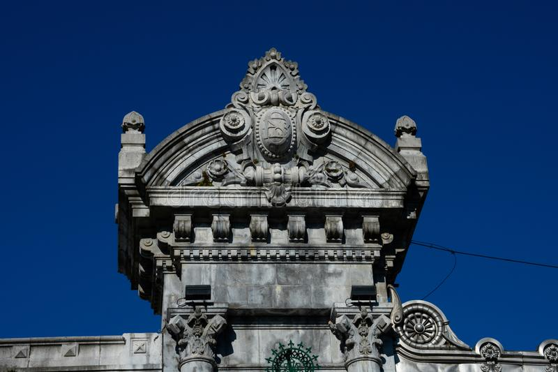 Parte da fachada da estação de trem de Bilbao Abando fotos de stock