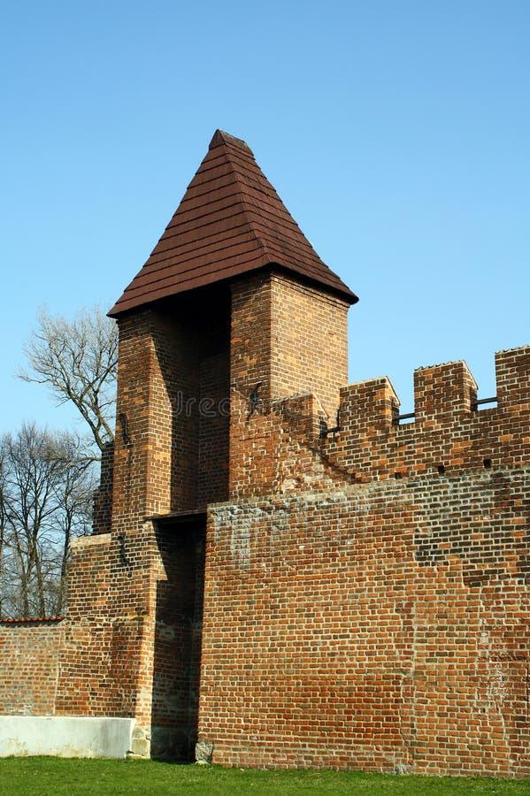 Parte da fortificação medieval da cidade com ameias e torre do relógio, Nymburk, república checa imagens de stock