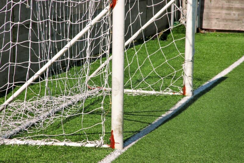 Parte da porta do objetivo do futebol com rede branca Feche acima para o objetivo do futebol no campo de futebol com grama verde  imagem de stock