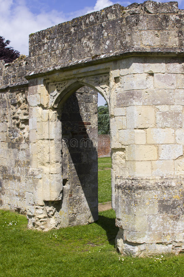Parte das ruínas antigas do século Tudor Titchfield Abbey de the13th em Titchfield, Fareham em Hampshire na floresta nova no S fotografia de stock royalty free