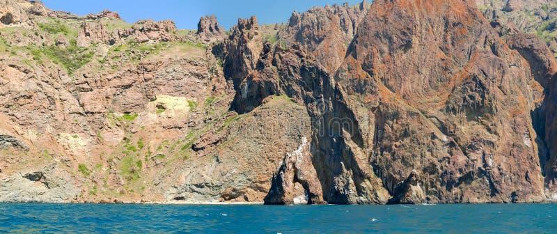 Parte de acantilados costeros del origen volcánico en orilla de mar fotos de archivo libres de regalías
