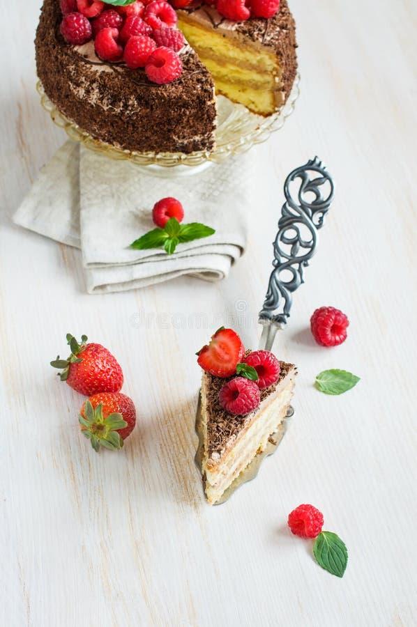 Parte de bolo de chocolate com bagas frescas fotos de stock