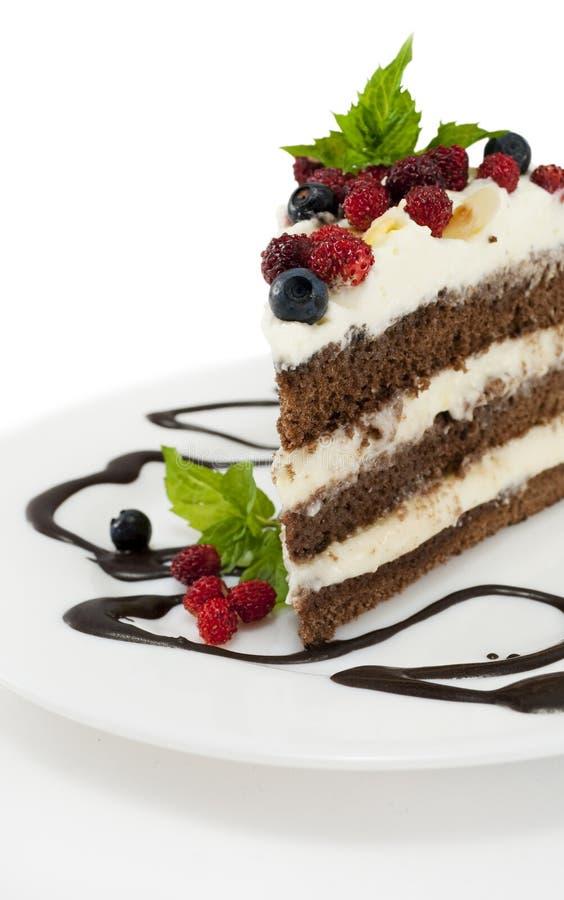 Parte de bolo de chocolate isolada no branco imagens de stock royalty free