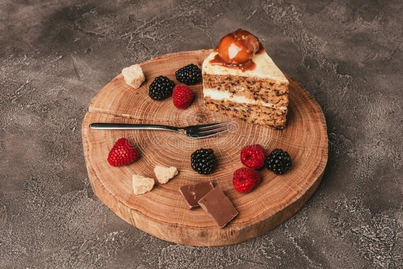 parte de bolo delicioso com chocolate e as bagas frescas fotografia de stock royalty free