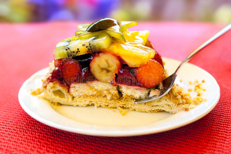 Parte de bolo do fruto com geleia e creme em uma placa fotos de stock royalty free