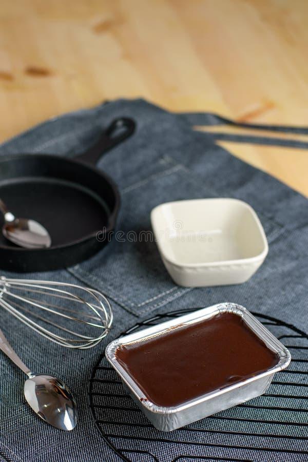 Parte de bolo escuro saboroso saboroso caseiro do caramelo de chocolate do cacau, f imagens de stock