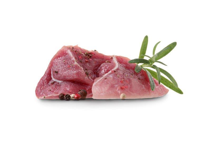 Parte de carne conservada crua com especiarias, pimenta e alecrins no fundo branco fotos de stock