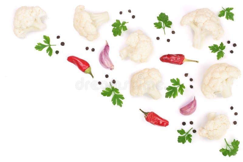 Parte de couve-flor com o alho e os grãos de pimenta da salsa isolados no fundo branco com espaço da cópia para seu texto foto de stock royalty free