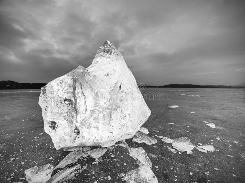 Parte de gelo esmagado no fundo natural escuro Textura autêntica fotos de stock royalty free