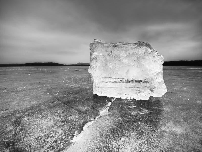 Parte de gelo esmagado no fundo natural escuro Textura autêntica imagem de stock royalty free