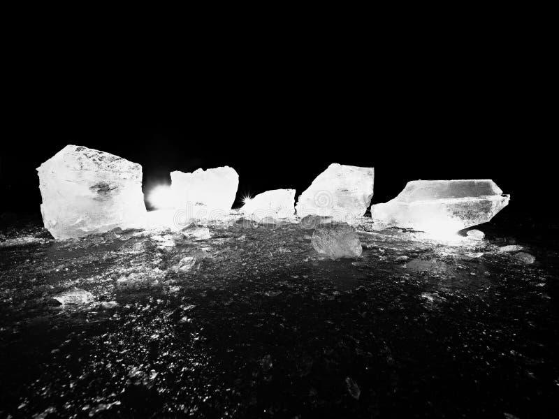 Parte de gelo esmagado no fundo natural escuro Textura autêntica foto de stock