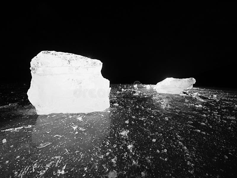 Parte de gelo esmagado no fundo natural escuro Textura autêntica fotografia de stock