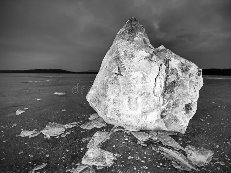 Parte de gelo esmagado no fundo natural escuro Textura autêntica imagens de stock