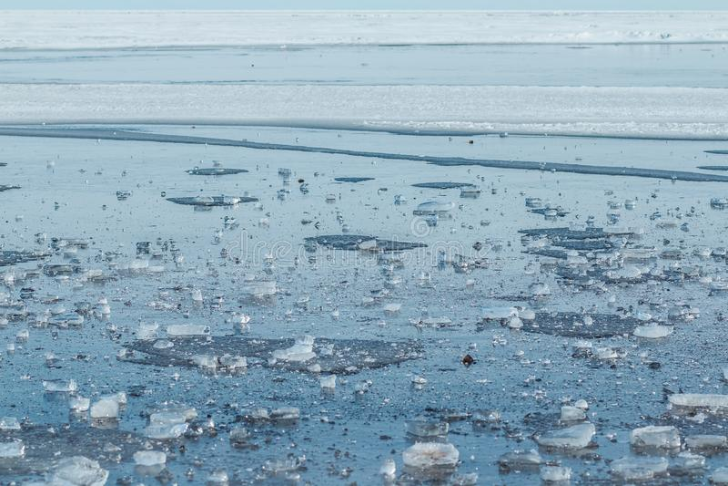 Parte de gelo transparente com a estrutura muito agradável que encontra-se no mar congelado e no dia ensolarado Foco seletivo Inv imagem de stock royalty free