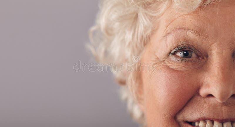 Parte de la cara mayor de la mujer foto de archivo