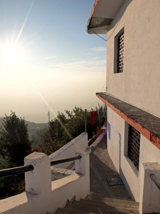 Parte de la casa blanca en las montañas fotos de archivo