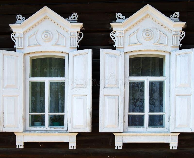 Parte de la casa rural. Dos ventanas. imágenes de archivo libres de regalías
