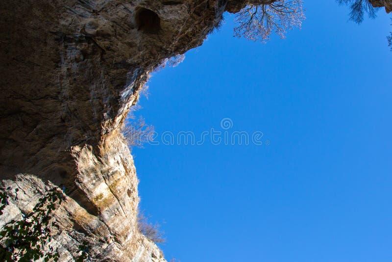 Parte de la cueva y del cielo azul vibrante en Prohodna fotos de archivo libres de regalías