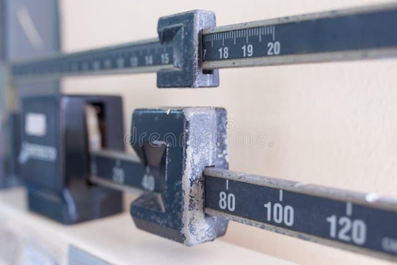 Parte de la escala oscura usada vieja en la clínica del doctor fotografía de archivo