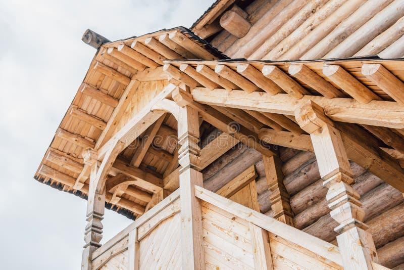 Parte de la fachada de una casa de madera en estilo antiguo El mirador de madera hermoso en la opinión de la segunda planta de de imagen de archivo libre de regalías