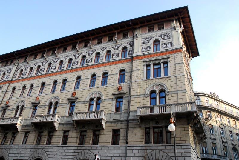 Parte de la fachada y el lado de un edificio en Trieste en Friuli Venezia Julia (Italia) fotografía de archivo libre de regalías
