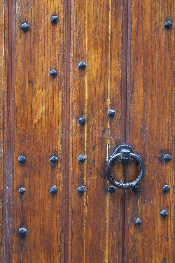 Parte de la puerta de madera muy vieja gruesa de la iglesia o del buildin medieval imagen de archivo