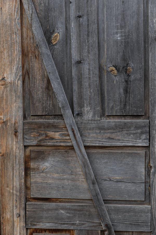 Parte de la puerta Puerta de madera cerrada vieja Una peladura, puerta agrietada, marrón clara fotos de archivo libres de regalías