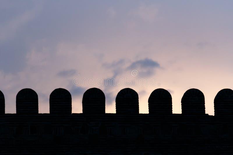 Parte de la silueta de la pared del castillo en puesta del sol con el fondo del cielo nublado Tbilisi, Georgia imagen de archivo libre de regalías