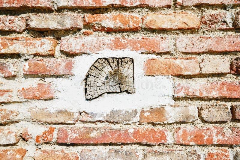 Parte de madeira na parede de tijolo foto de stock royalty free