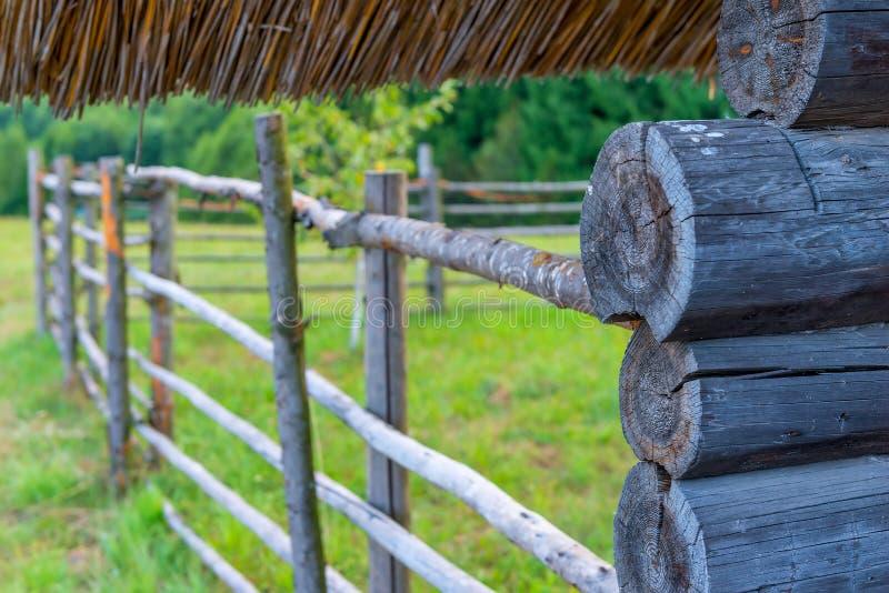 Parte de madera de la casa rural hecha de registros foto de archivo libre de regalías