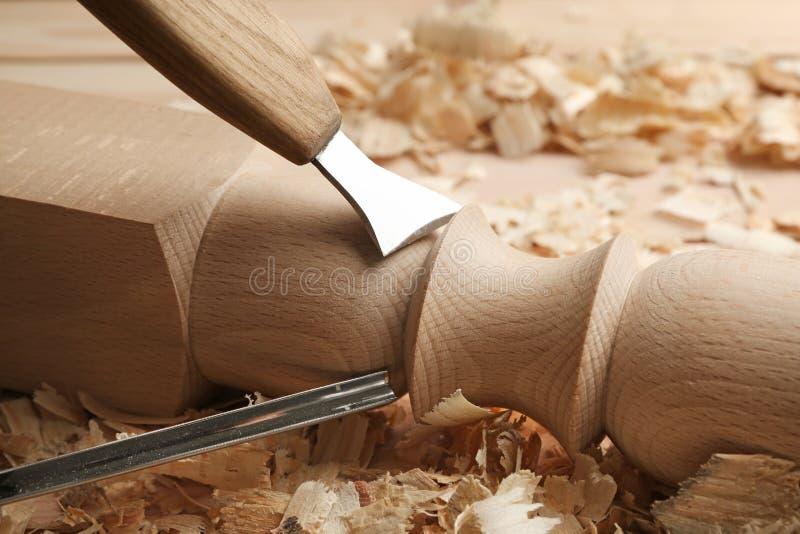 Parte de madera que cincela en taller del ` s del carpintero foto de archivo libre de regalías