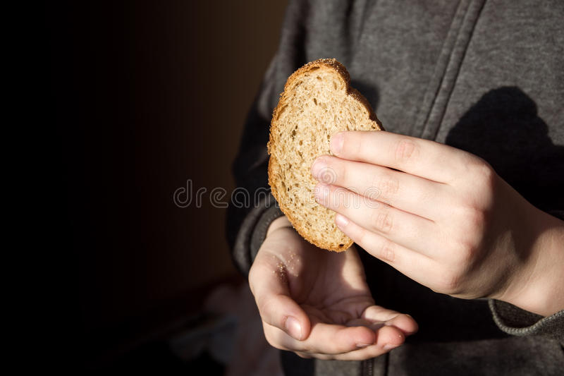 Parte de pão nas mãos foto de stock royalty free