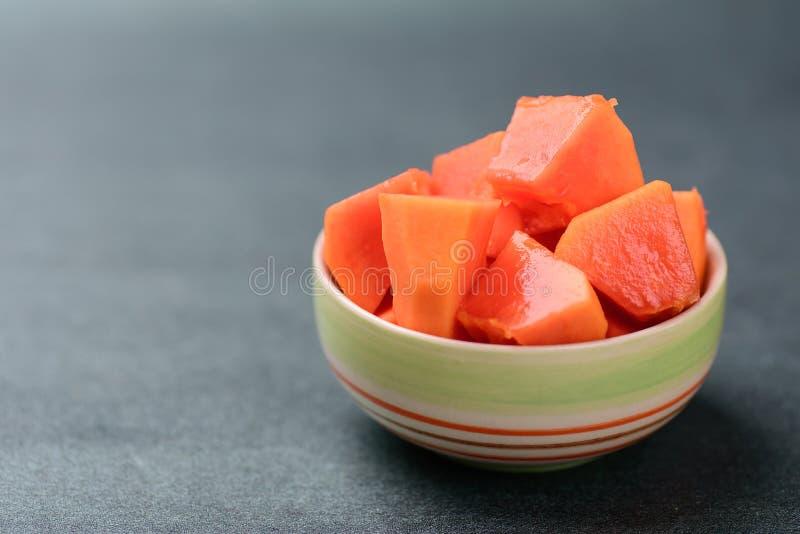 Parte de papaia madura em uma bacia foto de stock royalty free