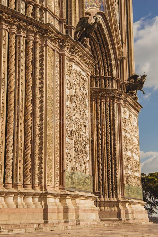 parte de paredes e de estátuas históricas antigas da catedral de Orvieto em Orvieto, Roma fotos de stock