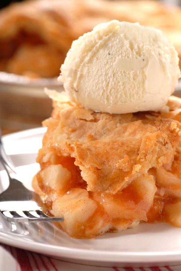 Parte de torta de maçã e de gelado de baunilha fotos de stock