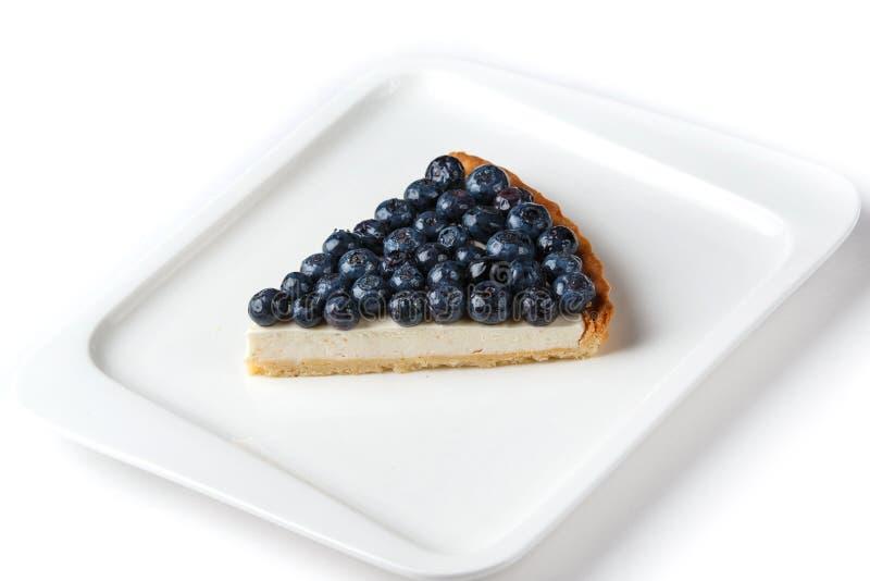 Parte de torta de mirtilo em uma placa branca em um fundo branco isolado fotos de stock